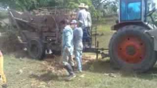 preview picture of video 'Trilladora artesanal de granos (frijoles, maiz, arroz) Fomento, Cuba'