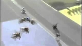 Смотреть онлайн Массовое падение на велогонках перед финишем