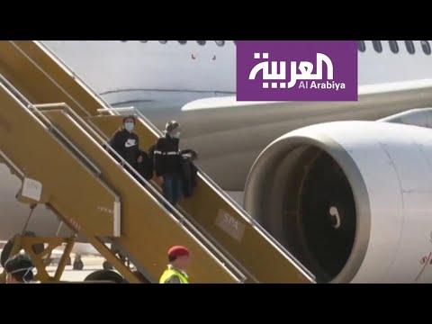 العرب اليوم - شاهد: لحظة نزول الطلاب السعوديين القادمين من الصين