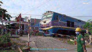 Bien Hoa City: Người Gác Chắn Tàu Hỏa Qua Đường Ngang Dân Sinh Địa Phương Tân Hiệp (Oct 29, 2017)