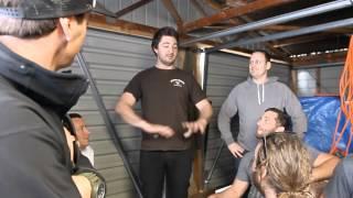Die besten 100 Videos Toller Aktion einer Männer clique! Alle Wasserhähne im Haus ihres Kumpels an Bierfässern anschließen! Wunderbar! :)