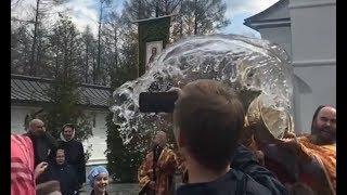 Облил святой водой из кандии батюшка по полной программе народ.