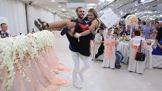 Танец на свадьбе. Красивая девушка выкупает туфлю невесты