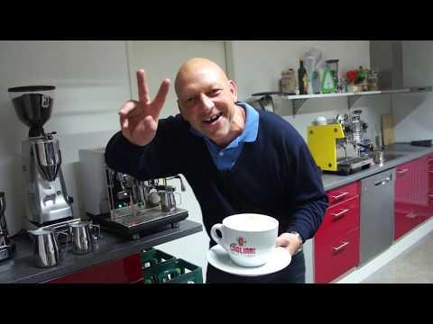 Montagmorgen Cappuccino in der Riesentasse