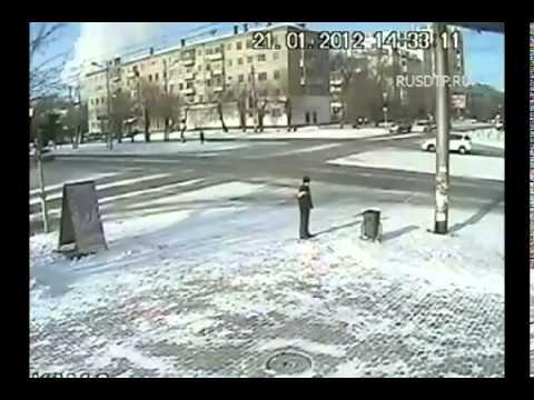 طفل ينجو – بقدرة الله – من حادث تصادم سيارتين