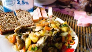 Рецепт Жареные шампиньоны по‑деревенски  с молодой  картошечкой Очень простое, вкусное, полезное и доступное блюдо. Картофель,  морковь, лук и шампиньоны, которые зимой и летом валяются во  всех Ашанах.  Посмотри рецепт от Макса,
