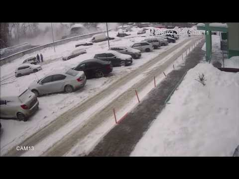 Обрушение ангара частной парковки попало на видео