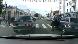 Смотреть онлайн Пешеход отжог на пешеходном переходе