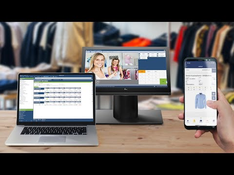 Geschäftsführerin in Modehandel arbeitet auf der Fläche mit mobiler App.