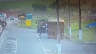 JMD (13/11/19) - Caminhão sem motorista tomba na BR-050