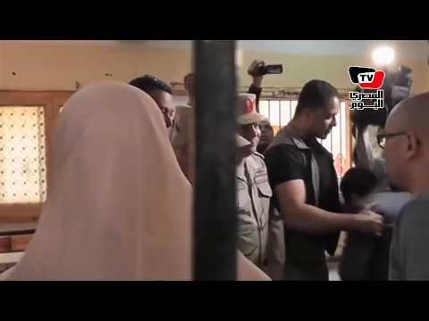 زغاريد في استقبال صدقي صبحي أثناء تفقده اللجان.. وسيدة: «سلملي علي السيسي»