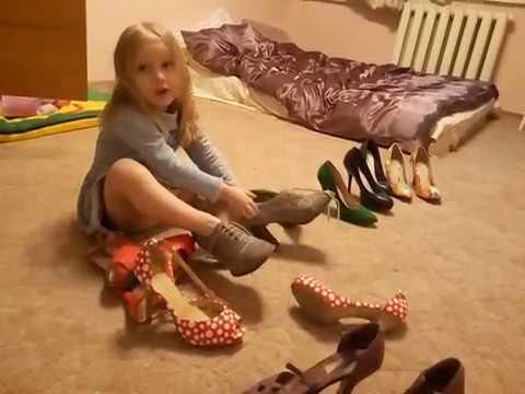 Маленькая девочка Стеша меряет мамины туфли