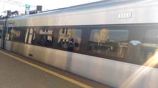 Поезд Интерсити отьезжает от вокзала Киева.