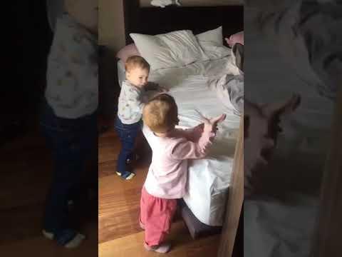 כאלה חמודים – רק רוצים לעזור אחד לשני לעלות על המיטה!