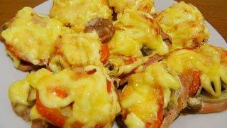 Отбивные из свинины с грибами и помидорами под сырной корочкой в духовке.