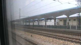 preview picture of video 'China Rail CRH (EMU) Train D76 station stop at Bengbu.mpg'