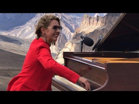Konsertti korkeuksissa – Nainen soittaa pianoa melkein 5 kilometrin korkeudessa