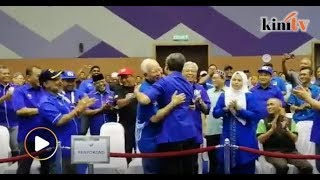 Tok Mat Hugs Najib Following BN's Victory