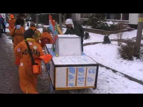 Jongens uit groep 6 bouwen een carnavalswagen in Velp
