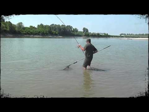 Pesca invernale di una pertica in novembre