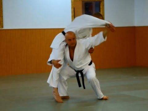 Techniki aikido: shomen tsuki jodan - kata guruma