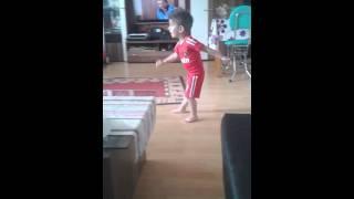Mini-Ronaldo spielt Fußball...