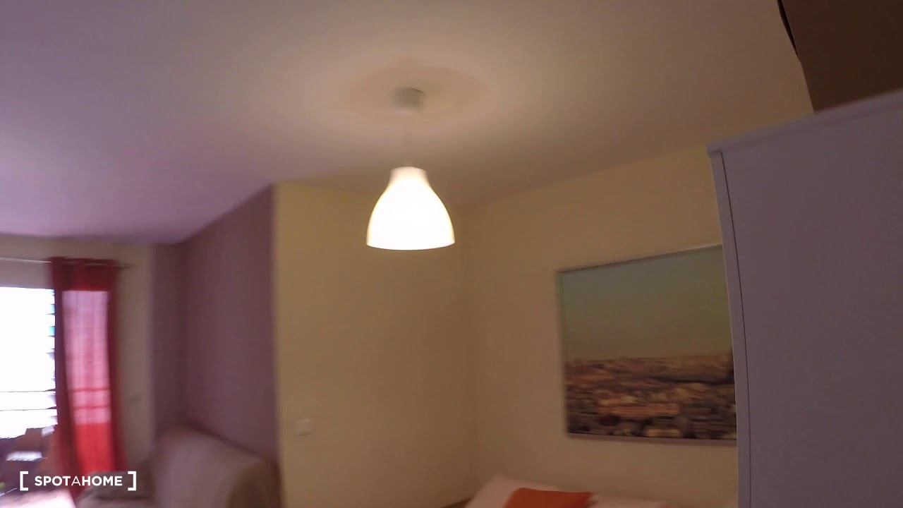 Sunny room with window with street view in 5-bedroom apartment, Algirós