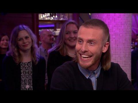 'Op het matje' bij deze vrolijke voetballer - RTL LATE NIGHT
