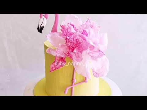Метод украшения торта фламинго вафельной бумагой