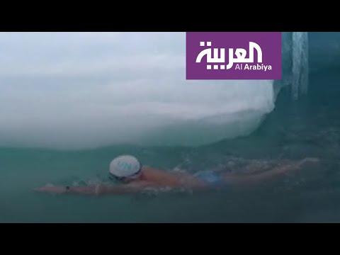 العرب اليوم - شاهد: بريطاني عجيب يتحمل السباحة في درجة حرارة صفر