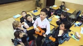 Смотреть онлайн Маленький красивый мальчик поет песню подружке
