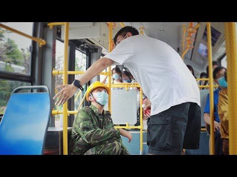 看到农民工怕弄脏座位而蹲坐在公交车上,有人将他扶了起来 Peasant Worker Squats on Bus to Avoid Dirtying Seat