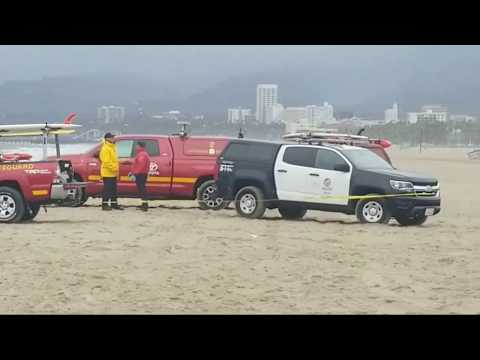 lapd pacific division find a body with a  gun  on sand so cold wind and rain at venice beach