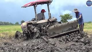 Làm sao lấy giàn xới lún sâu trong bùn đây trời?/ machine