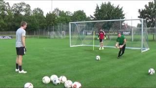 Flacher Ball links aktiv zum Ball gehen