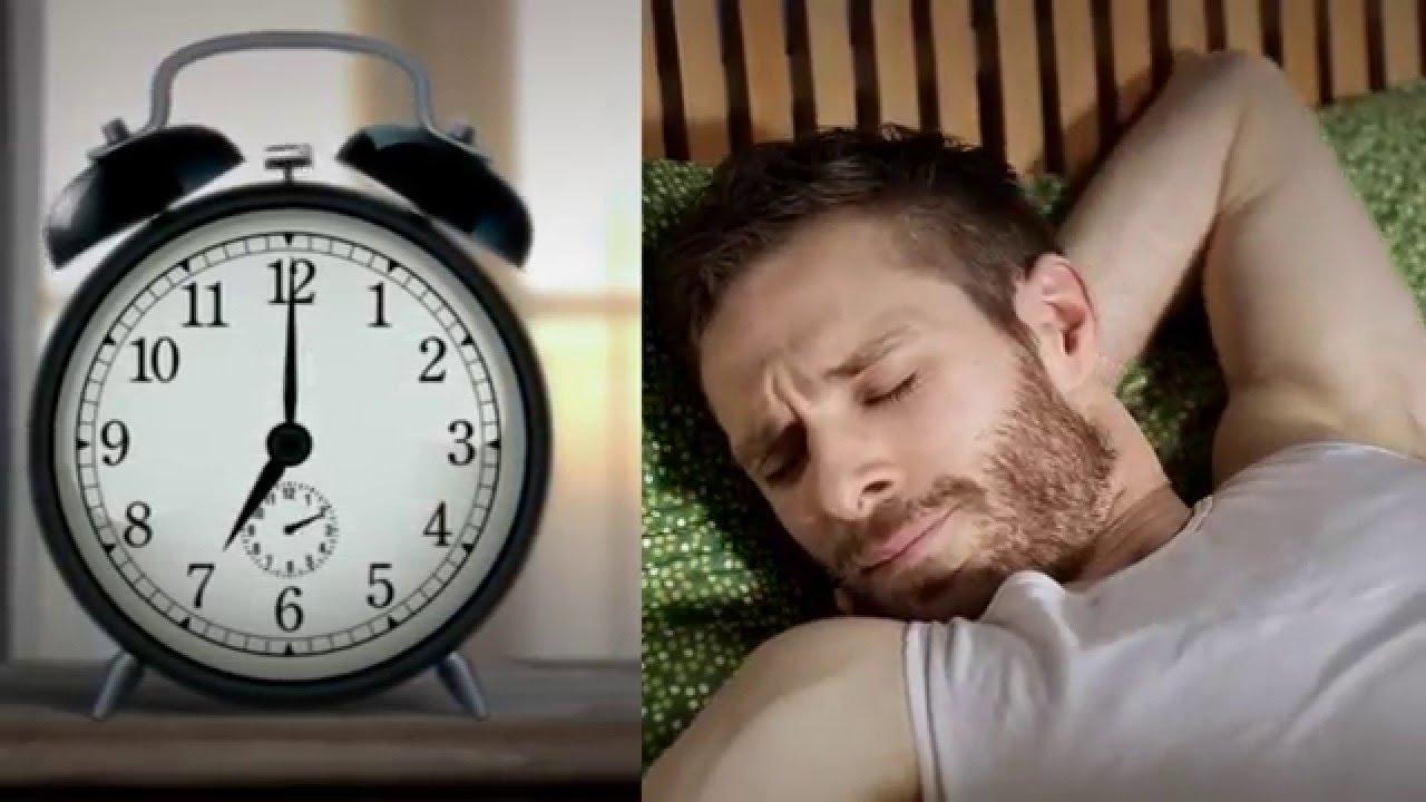 Standbild aus Teaser: Mann und Wecker