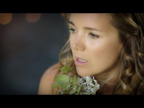 Lucie Vondráčková - V Trávě (Official Music Video)