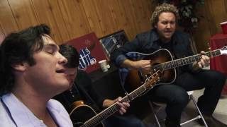 Joe Nichols Sings to His Fans