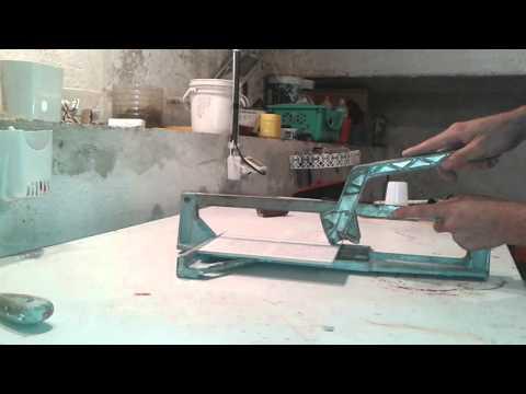 Come tagliare le piastrelle con un tagliapiastrelle fai-da-te