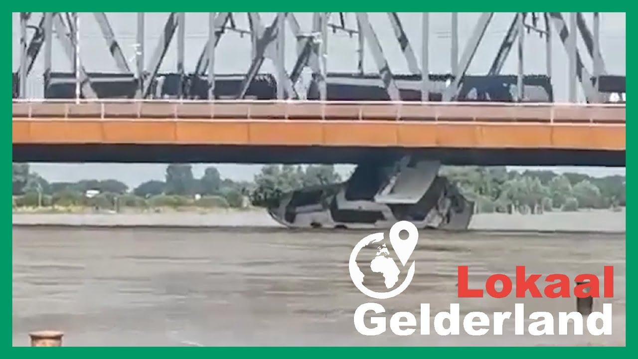 Jacht vaart zich klem onder brug Zutphen