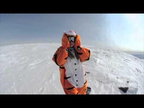 Катаемся в кигуруми Тигра на сноуборде