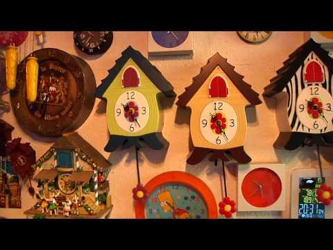 365 Uhren in einem Wohnzimmer - Zeitumstellung extrem