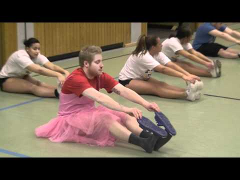 Kevin Gerwin im Ballettkleid beim Cheerleader-Training