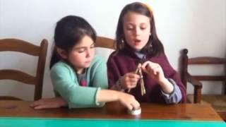 Niñas nos enseñan cómo hacer pulsera de gomitas fácil