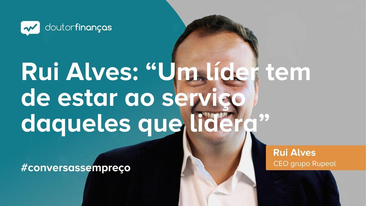 Imagem de um smartphone onde se vê o programa Conversas sem Preço com a entrevista a Rui Alves, CEO da RUPEAL