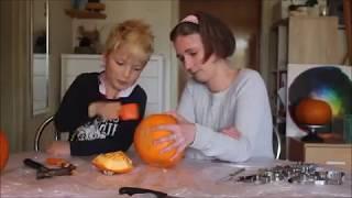 Hvordan man kan lave en fin græskarlygte med (små) børn.