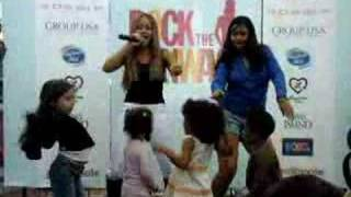 Kat DeLuna, Kat dancing with fans