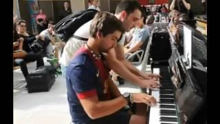 神業!! フランスで偶然出会った旅行客のピアノ二重奏が美しすぎる | Kholo.pk