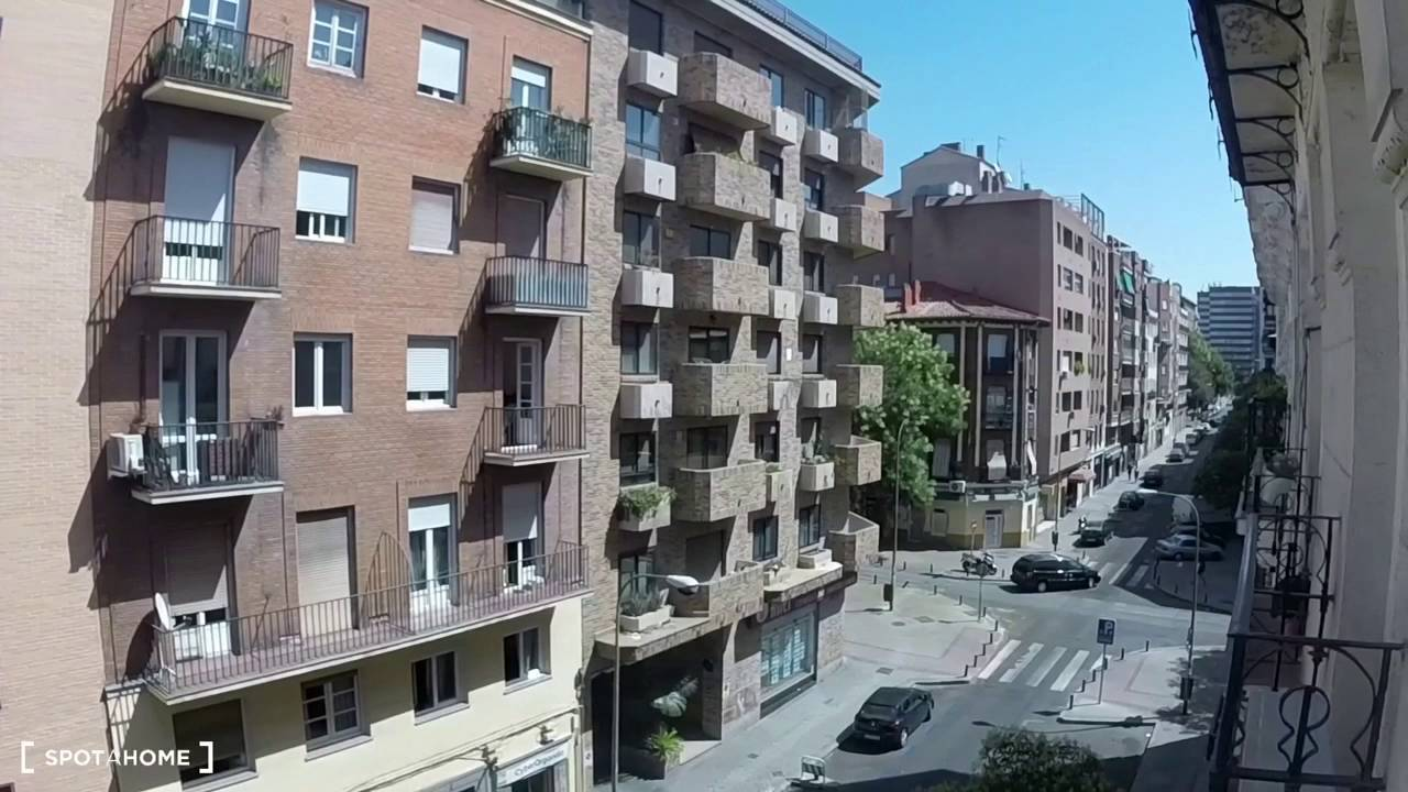 Furnished room with desk in shared apartment, Moncloa