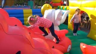 Алиса играет в парке с любимыми игрушками для детей